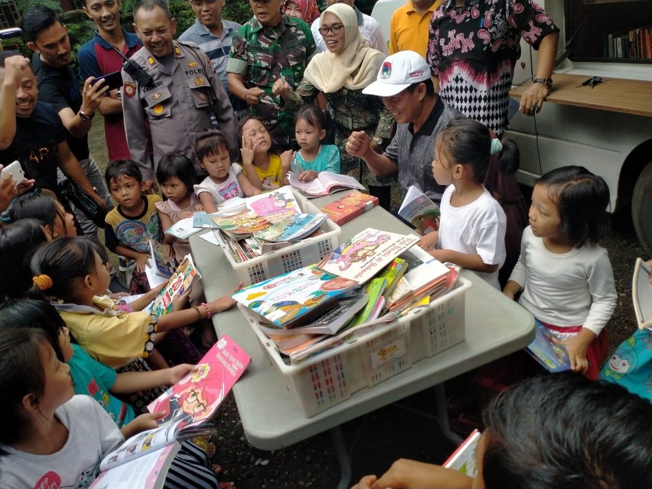 Kunjungan Mobil Perpustakaan Keliling Kota Serang ke Kampung Kadeos Kecamatan Walantaka
