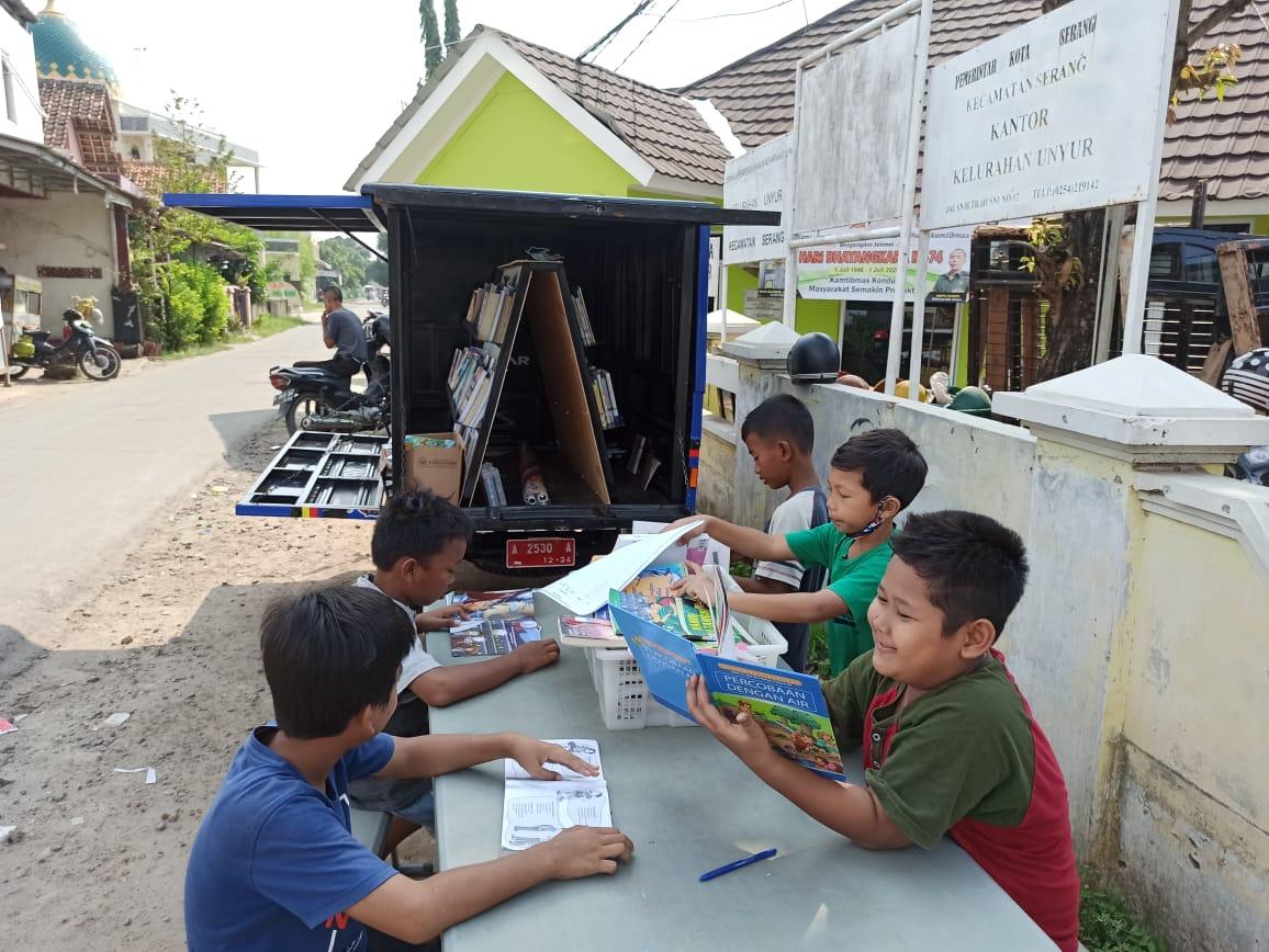 Kunjungan Mobil Perpustakaan Keliling PUSLING Dinas Perpustakaan dan Kearsipan DPK Kota Serang di Kantor Kelurahan Unyur pada Hari Rabu 01 Juli 2020